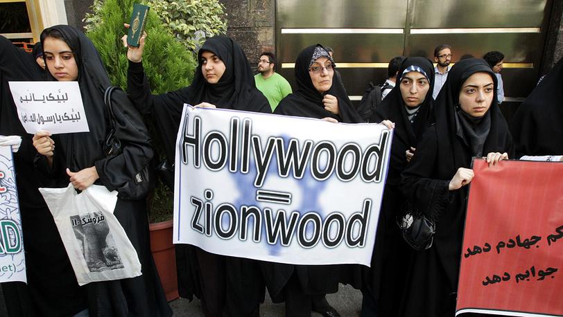 Иранцы протестуют против США возле Швейцарского посольства