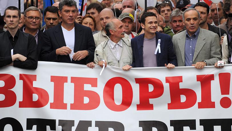 Михаил Касьянов /второй слева/, Борис Немцов /третий слева/, Илья Яшин /второй справа на первом плане/ и лидер Гарри Каспаров /справа/