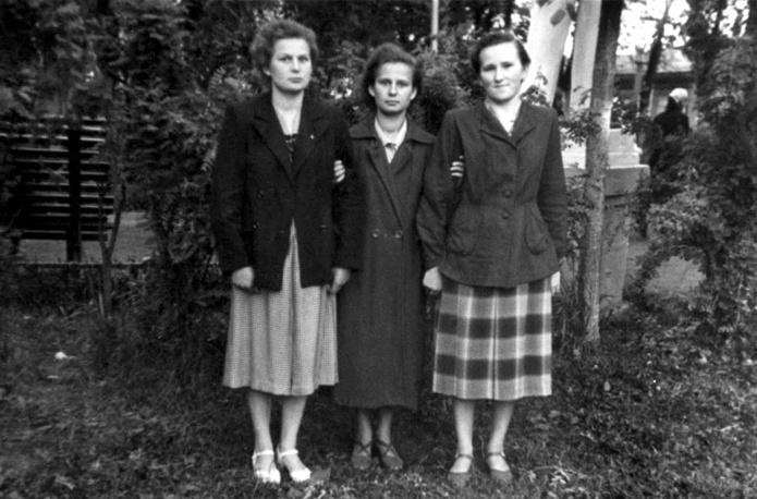 Валентина Терешкова (слева), ее сестра Людмила и подруга Галина Марзаева в годы учебы в техникуме. 1956 год