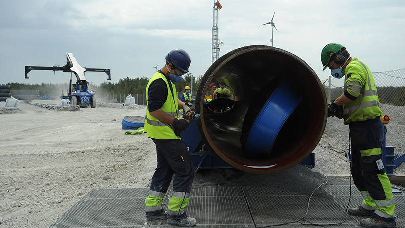 Прокладка труб газопровода по дну Балтийского моря.