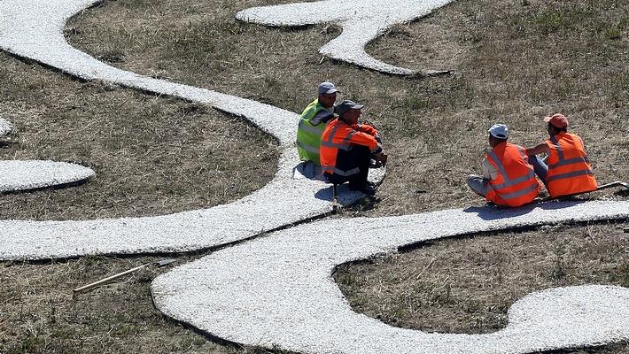 Оформление газона на одной из улиц Казани