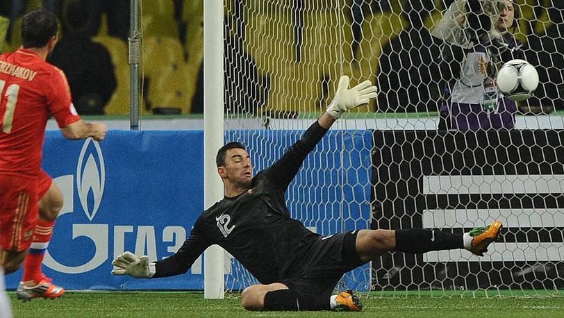 Мяч в воротах голкипера сборной Португалии Руя Патрисиу