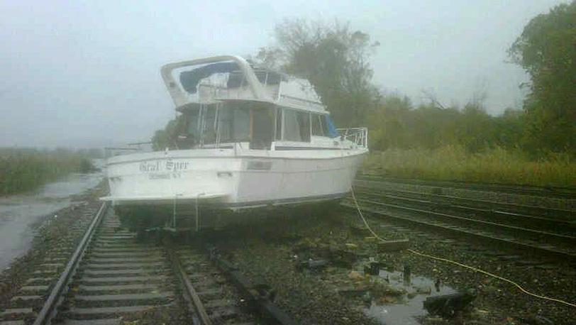 Лодка на рельсах в окрестностях Нью-Йорка