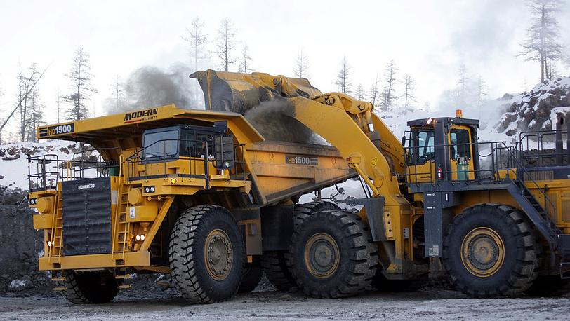 Большегрузная техника работает на строительстве хвостохранилища рудника им. Матросова /Наталка/