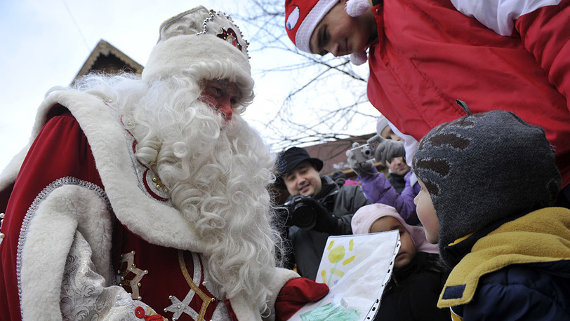 Дед Мороз общается с детьми