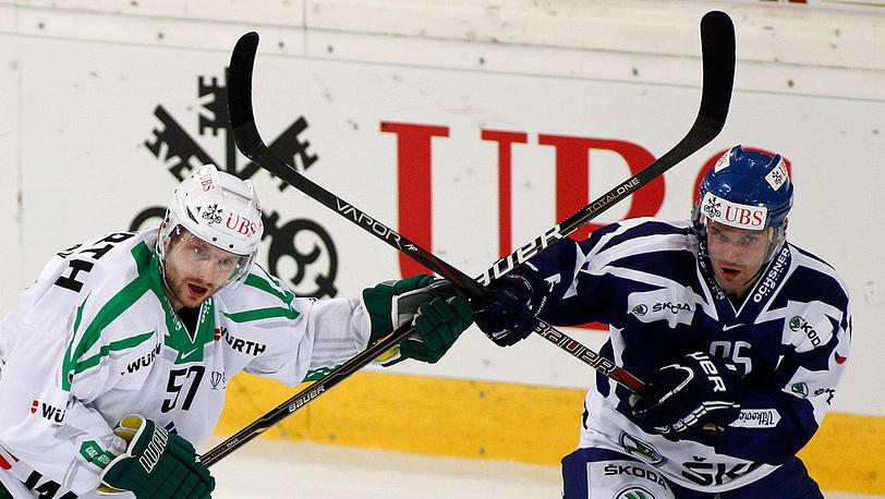 "Алексей Глухов (""Салават Юлаев"", слева) и Иржи Бургер (""Витковице"")"