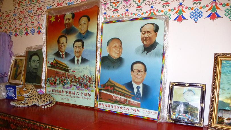 Портреты руководителей Китая на комоде в крестьянском доме