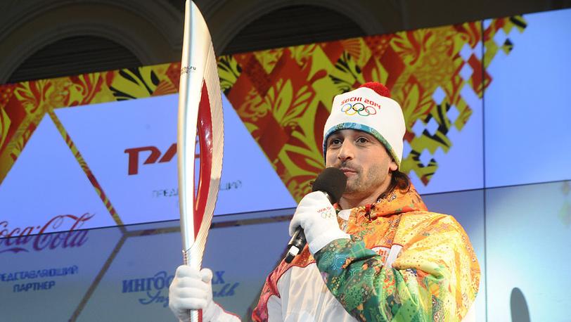 Фигурист Илья Авербух держит факел эстафеты Олимпийского огня «Сочи-2014»
