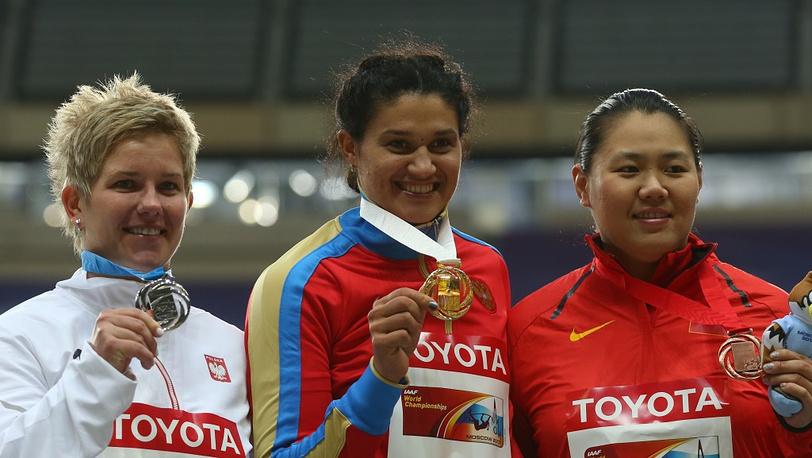 Татьяна Лысенко с медалью вместе с Анитой Влодарчик /слева/ и Чжан Вэньсю