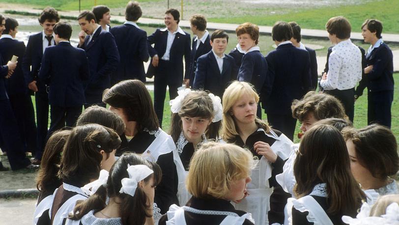 Благодаря хорошему качеству и дешевизне материала, из которого шилась форма для старшеклассников, она пользовалась успехом среди взрослого населения и стала дефицитным товаром. На фото: десятиклассники, 1980 год