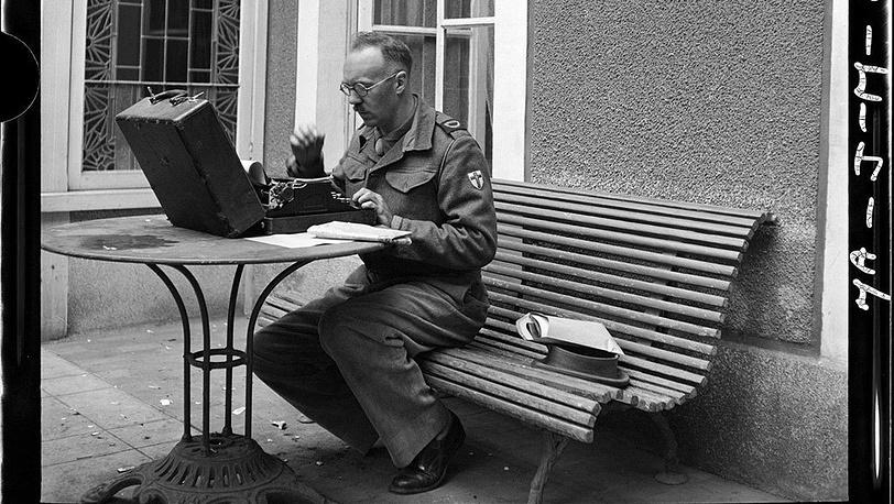 Джон Моррис / Contact Press Images. Британский военный корреспондент в американском пресс-центре, Нормандия, июль 1944 г.