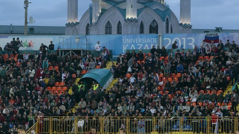 Болельщики на фоне знаменитой казанской мечети Куль-Шариф