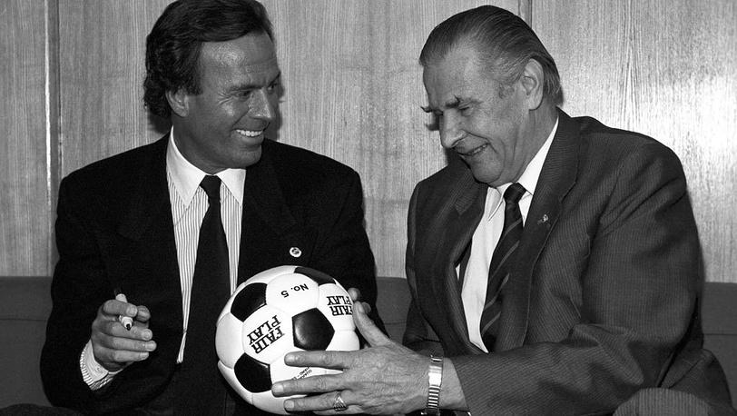 Хулио Иглесиас и Лев Яшин. 1989. Фото ИТАР-ТАСС/Александр Сенцов