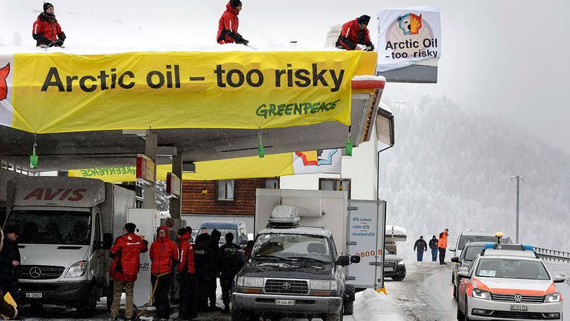 Активисты блокируют бензоколонку Shell, близ  Давоса. 2013. Фото  EPA/LAURENT GILLIERON