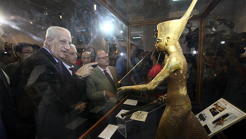 Министр по делам древностей Мухаммед Ибрагим (слева) на открытии выставки древних артефактов в Египетском музее в Каире. Фото EPA/KHALED ELFIQI