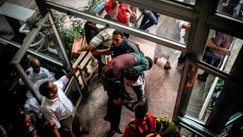 Пострадавшие в результате столкновений во время митинга в Каире. Фото EPA/MOSAAB ELSHAMY