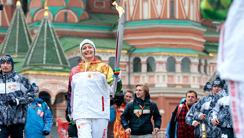 Синхронистка Анастасия Давыдова во время старта первого этапа эстафеты олимпийского огня на Красной площади. Фото ИТАР-ТАСС/ Михаил Метцель