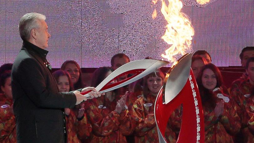 Сергей Собянин во время финиша второго дня эстафеты Олимпийского огня на Красной площади. Фото ИТАР-ТАСС/ Михаил Метцель