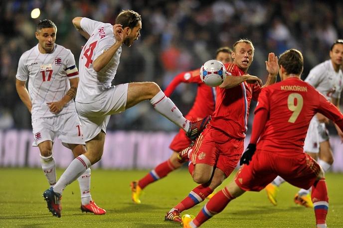 Единоборство в матче Люксембург - Россия