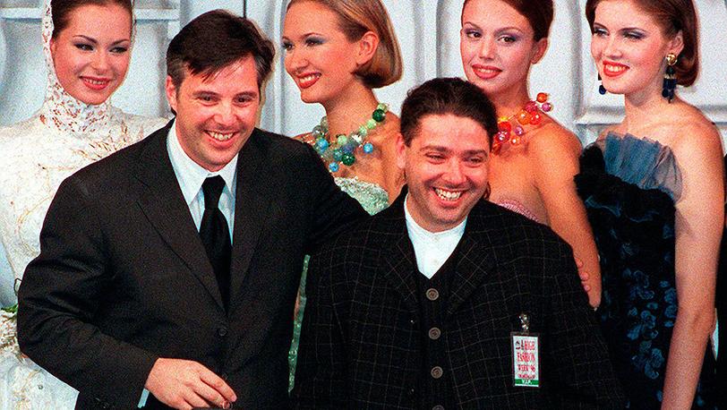 Дизайнер Валентин Юдашкин и дизайнер Оливье Лапидус во время Недели моды в Москве, 1996 г. Фото AP / ALEXANDER ZEMLIANICHENKO
