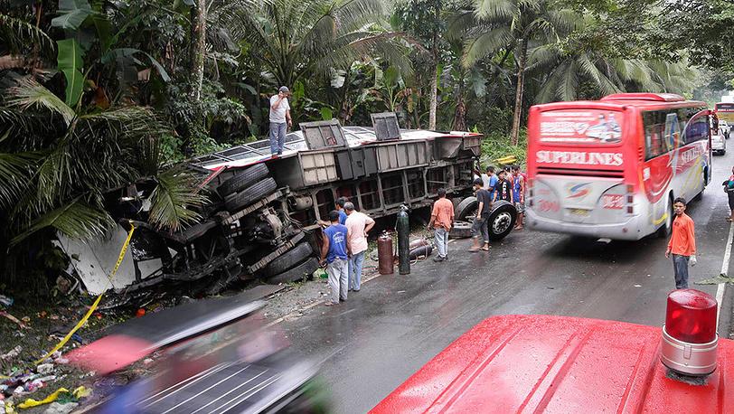 Последствия автоаварии на Филиппинах. Фото AP Photo/Bullit Marquez
