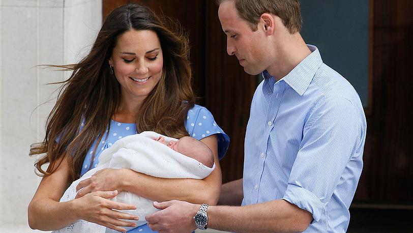 Кейт Миддлтон и принц Уильям с новорожденным принцем Георгом. Фото AP Photo/Kirsty Wigglesworth