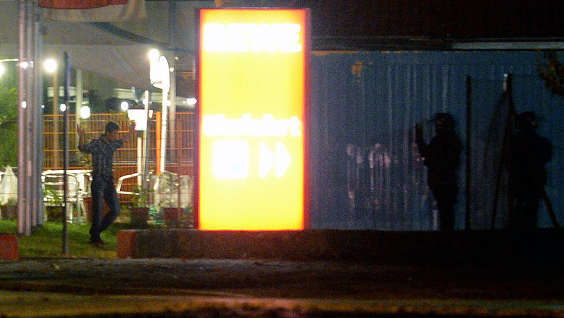Мужчина, удерживавший заложников в кафе во Фрайбурге. Фото EPA/BERND WEISSBROD