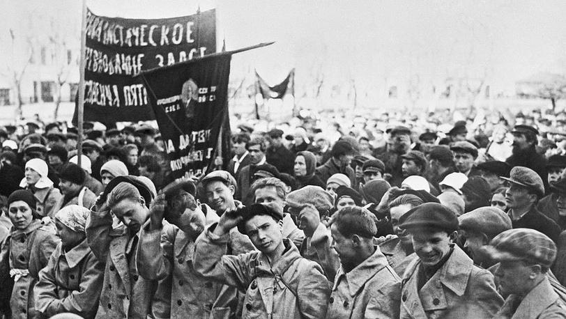Москва. Митинг комсомольцев, отправляющихся на сплав леса в Вологду. 1930 г. Фотохроника ТАСС