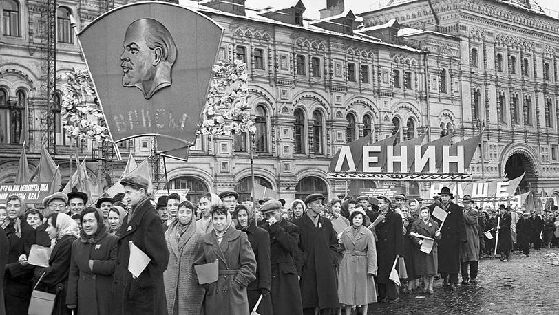 На Красной площади в день 40-летия образования ВЛКСМ,  29 октября , 1958 г. Фотохроника ТАСС