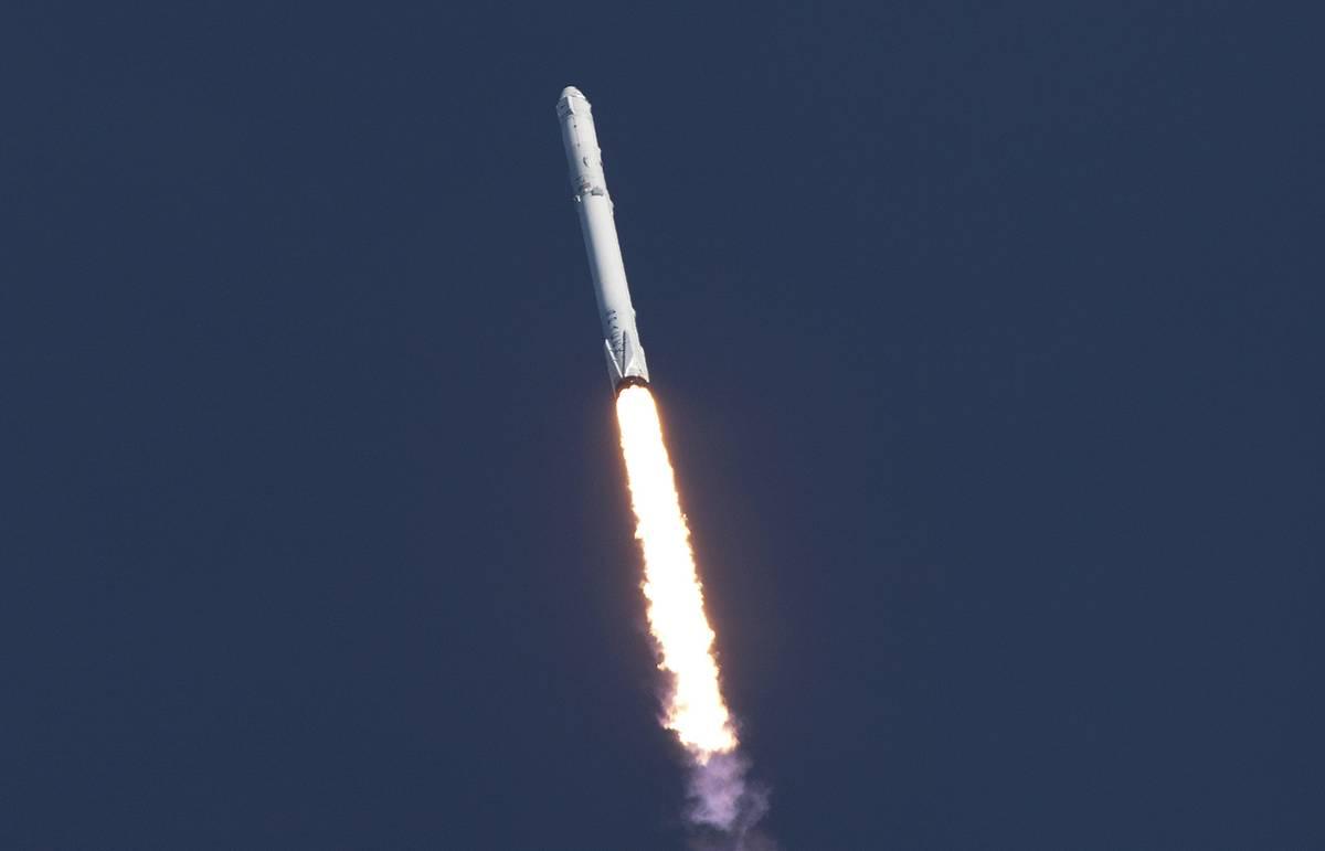 SpaceX успешно посадила нижнюю ступень ракеты на платформу в океане