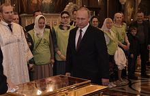 Президент России Владимир Путин во время поклонения мощам святителя Николая Чудотворца в храме Христа Спасителя, 24 мая