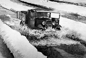 Полуторка ГАЗ-АА,с продовольствием идет  в Ленинград по подтаявшему льду Ладожского озера.1942 г.