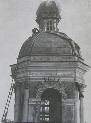 Снятие маскировочного чехла с купола Никольского собора. 1944 г.
