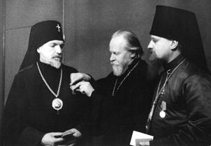 Митрополит Московский Николай вручает медали. 1944 г.