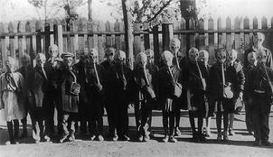 Тренировочные занятия «бойцов» группы самозащиты ленинградского детдома №17. 1942 г.