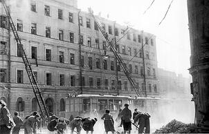 Разбор завалов после немецкого авианалета на Ленинград. 1943 г.
