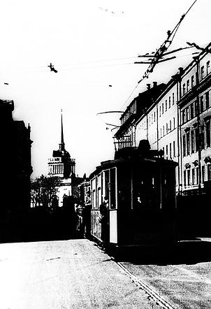 Первый трамвай на Невском проспекте в Ленинграде. 15 апреля 1942 г.