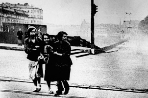 Жители блокадного Ленинграда  во время артобстрела переходят Аничков  мост