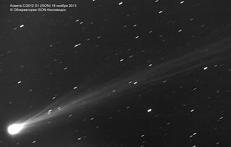 На снимках кометы ISON, полученных в обсерватории ISON-Кисловодск и прошедших спецобработку, хорошо видно, как сильно изменяется внутренняя структура кометы при сближении с Солнцем