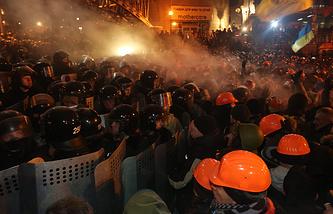 Столкновения  митингующих с сотрудниками правоохранительных органов в Киеве