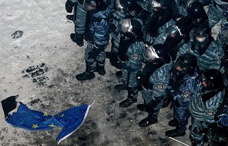Сотрудники милиции во время столкновения со сторонниками евроинтеграции в Киеве