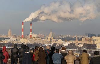 Туристы на Смотровой площадке в Москве