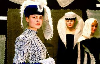 """Модели демонстрируют вечерние костюмы с использованием оренбургских пуховых платков-""""паутинок"""""""