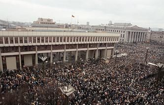 У здания литовского парламента. Вильнюс. Январь 1991 год