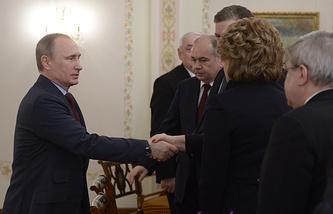 Президент РФ Владимир Путин во время встречи с членами Совета палаты Федерального собрания РФ в Ново-Огарево