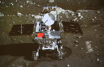 """Самоходный лунные аппарат """"Нефритовый заяц"""" на Луне"""