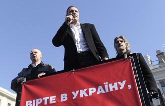 Лидер партии УДАР Виталий Кличко во время митинга за единство Украины у памятника Тарасу Шевченко
