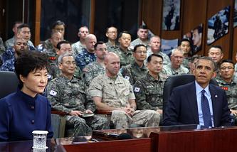 Президент Республики Корея Пак Кын Хе и президент США Барак Обама во время посещения командования объединенных вооруженных сил союзников