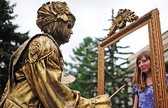 Живая скульптура у здания ГМИИ им. А.С. Пушкина во время акции ''Ночь в музее 2013''