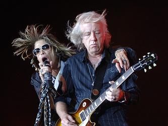"""Солист группы """"Aerosmith"""" (Аэросмит) Стивен Тайлер (Steven Tyler) и гитарист Бред Уитфорд (Brad Whitford) (слева направо) во время выступления"""
